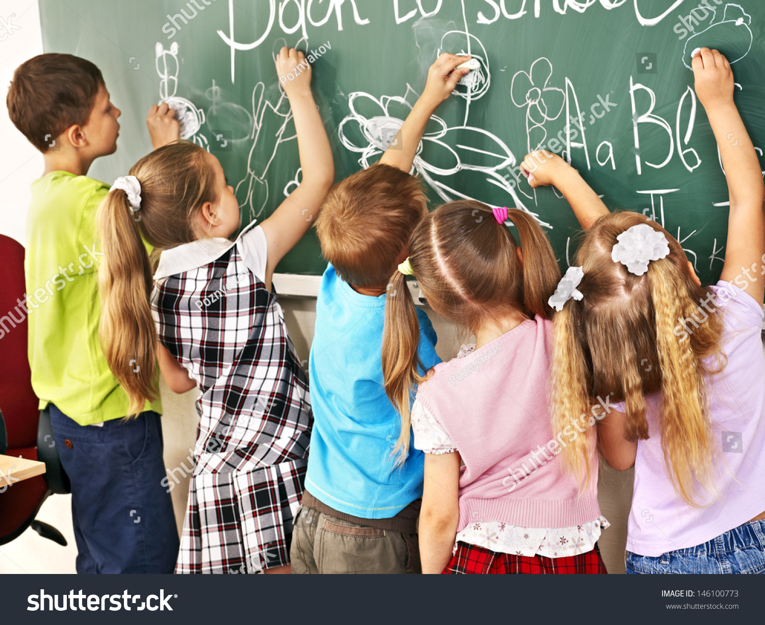 children writing on blackboard school の写真素材 今すぐ編集