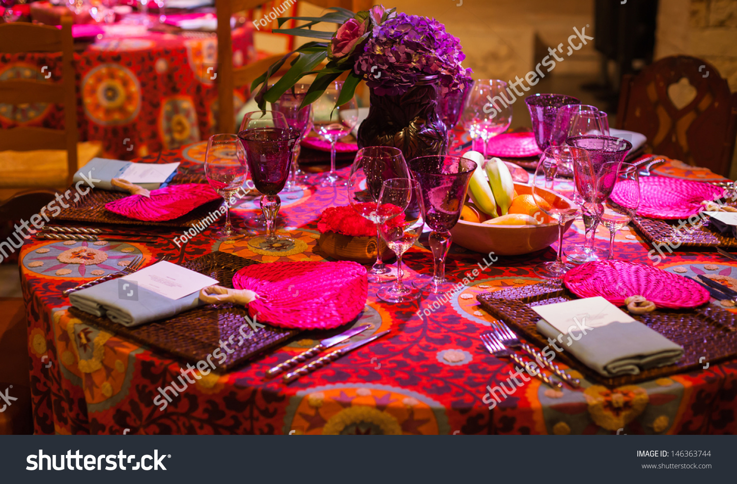 Elegant dinner table setting - Elegant Dinner Table Setting With A Polynesian Theme