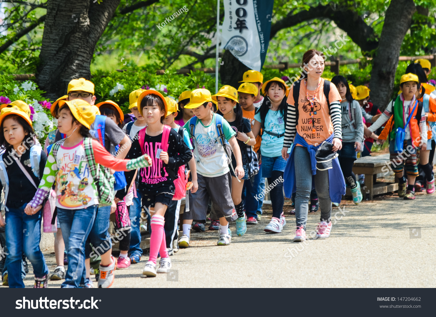 "de ""mon"" PAYS DU SOLEIL LE VENT, le Japon Stock-photo-osaka-japan-april-japanese-elementary-school-taking-students-on-a-fieldtrip-to-osaka-castle-147204662"