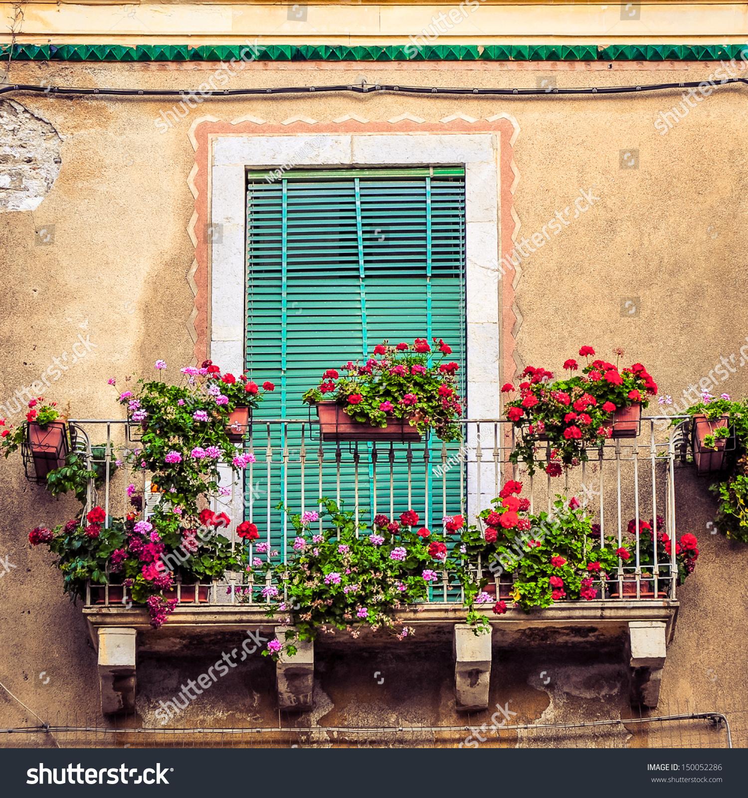 Фотообои на заказ - красивый старинный балкон с красочными ц.