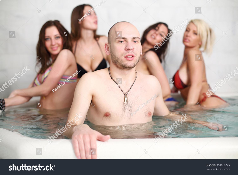 Семь девушек и парень 25 фотография