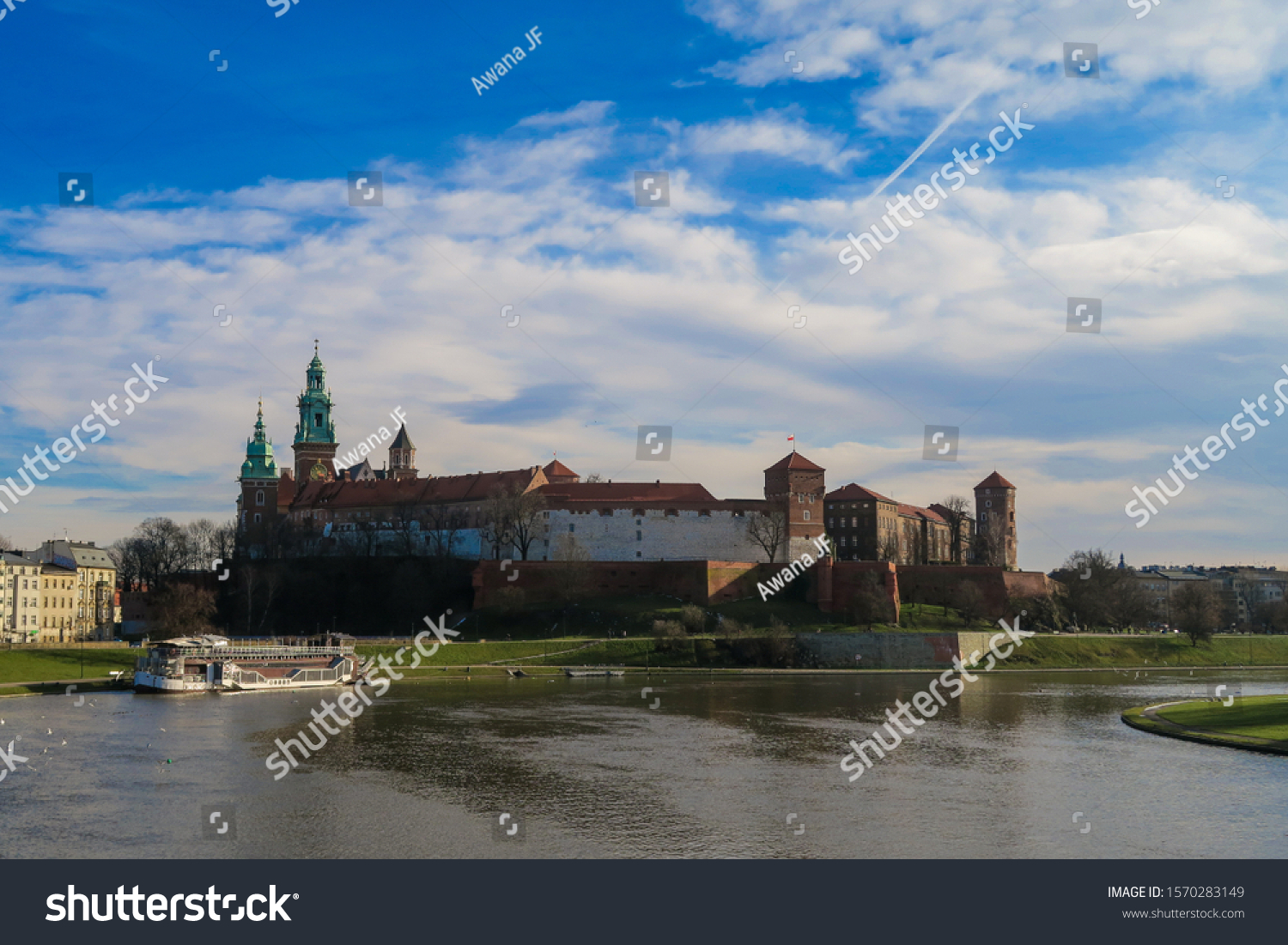 stock-photo-view-of-the-wawel-castle-in-