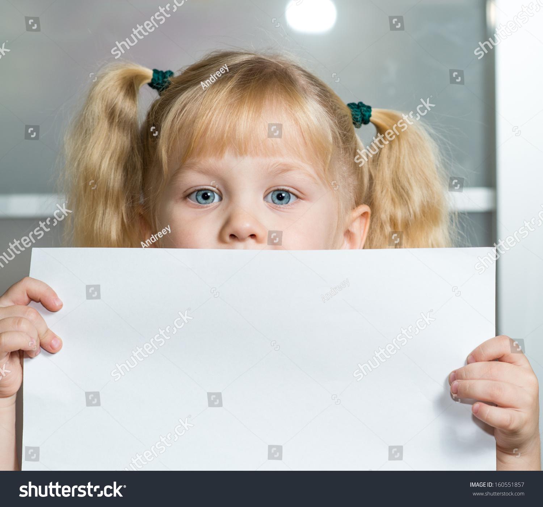 一个爷们拿着一张纸-标志,女孩/符号-海洛创意都女生这么现在的为什么人物图片