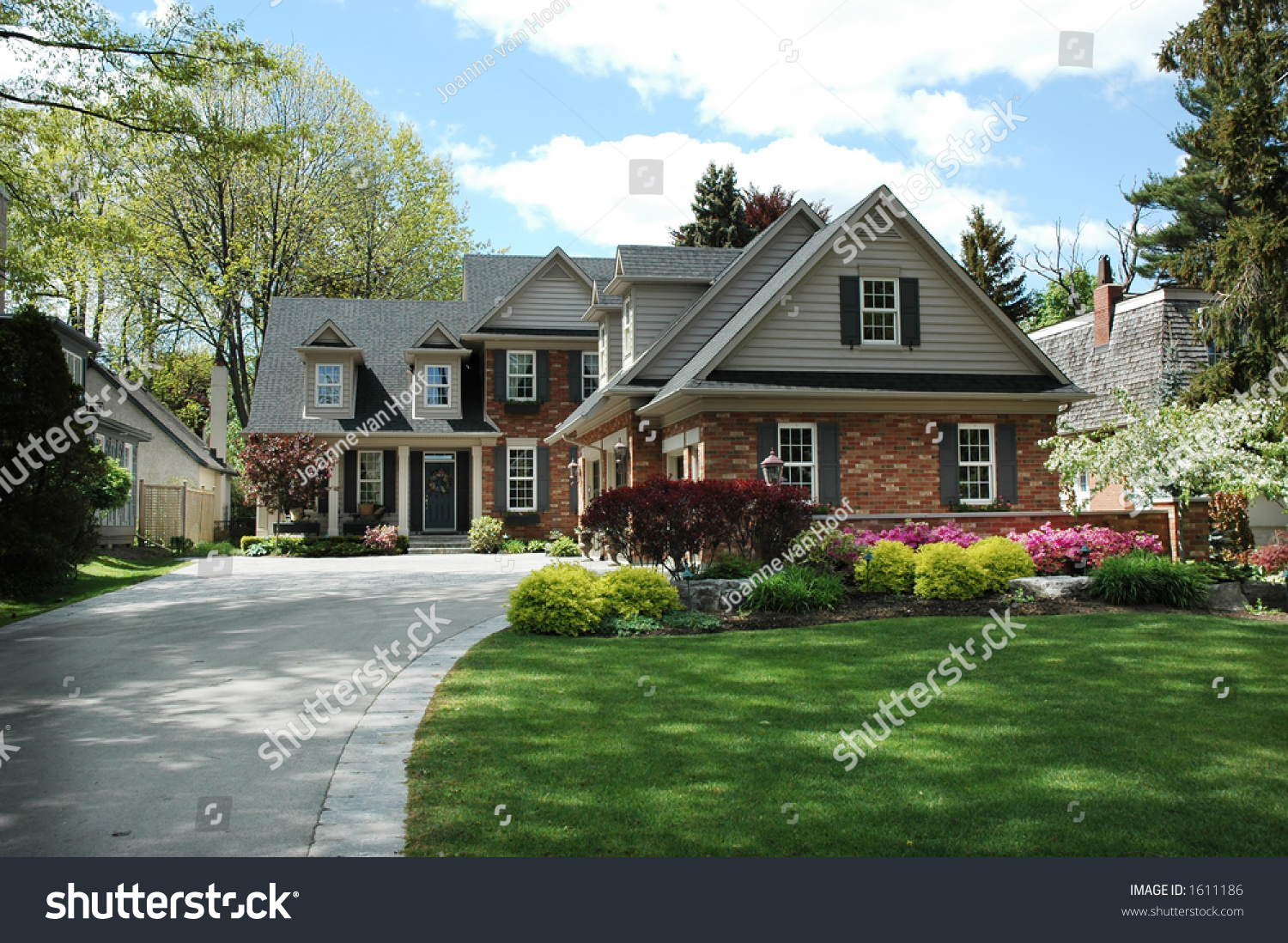 Red brick house with black shutters and pretty manicured lawn garden arkivbilde 1611186 - Red brick house black shutters ...