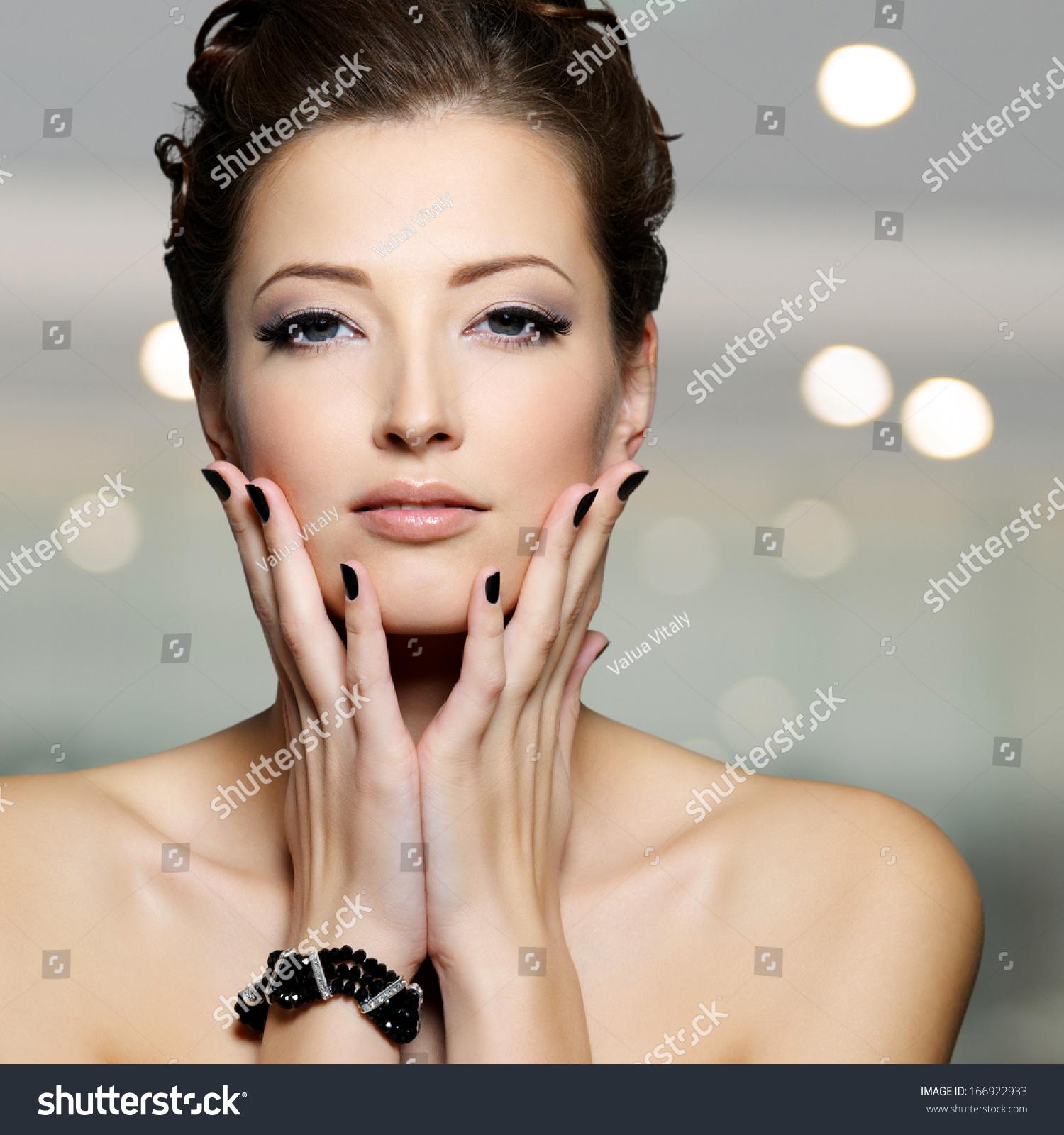 Секс девушки с чёрными ногтями 17 фотография