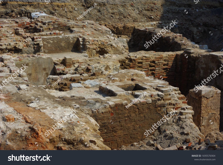 Fundamente und Wände eines kaputten Hauses