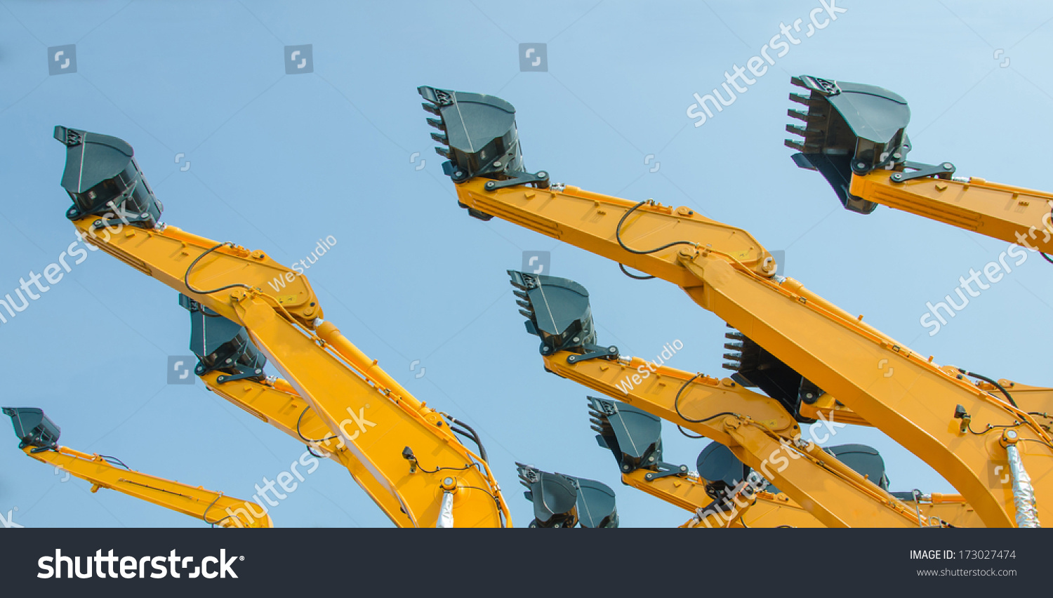 Excavator Hydraulic Arm Project : Excavator bucket on the end of a yellow hydraulic arm