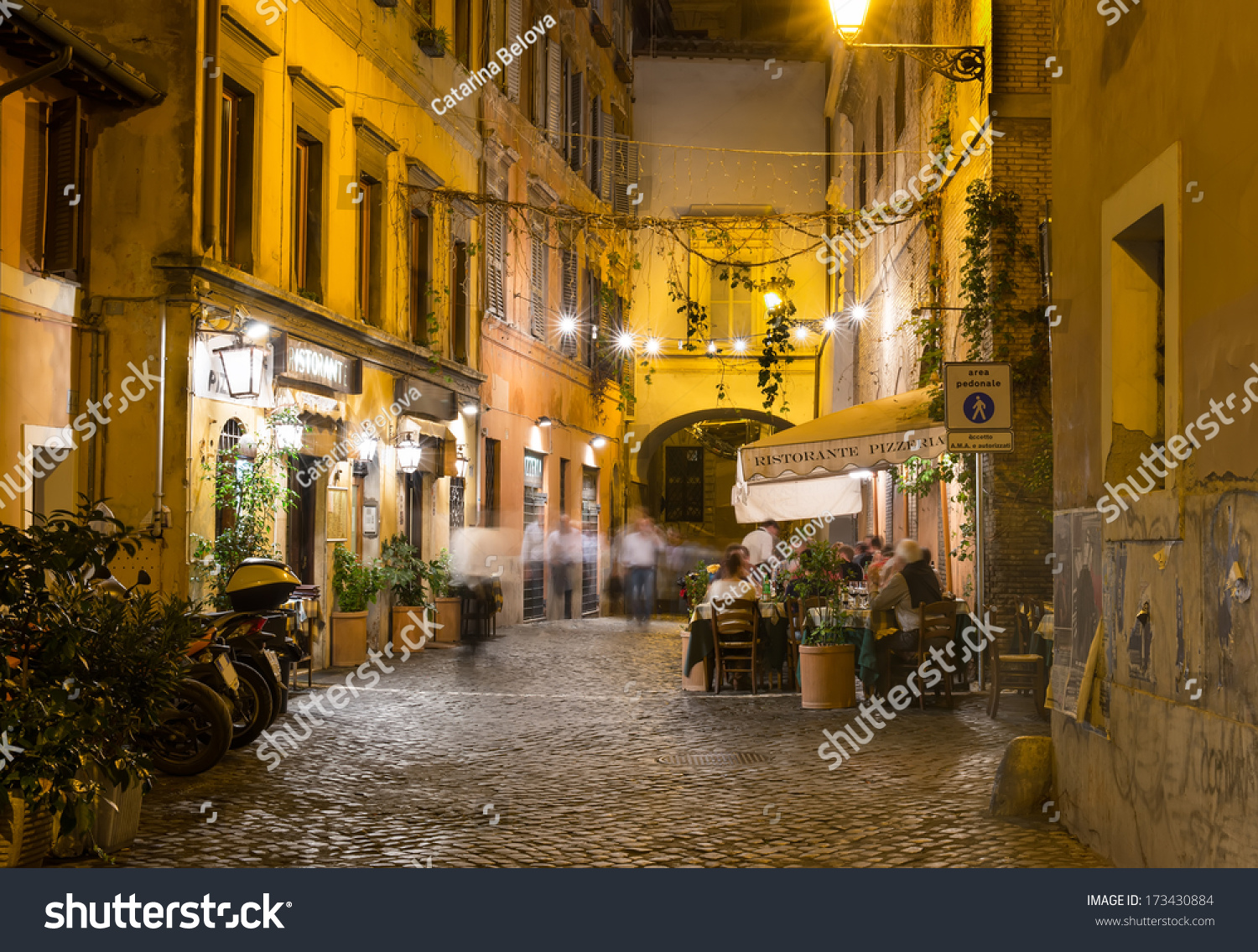 Old city streets and buildings in Rome, Italy | Robert Randall ...