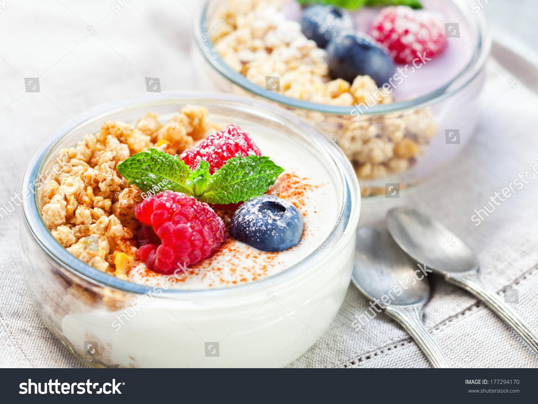 healthy muesli dessert yogurt berries imagen de archivo