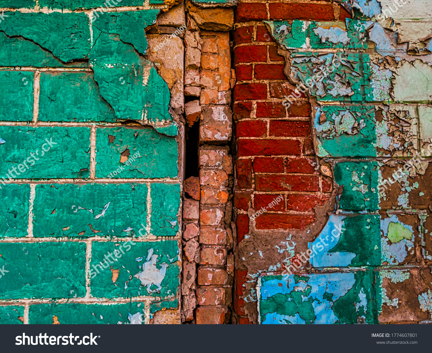 Semi-destroyed contact of two walls of different sizes of bricks