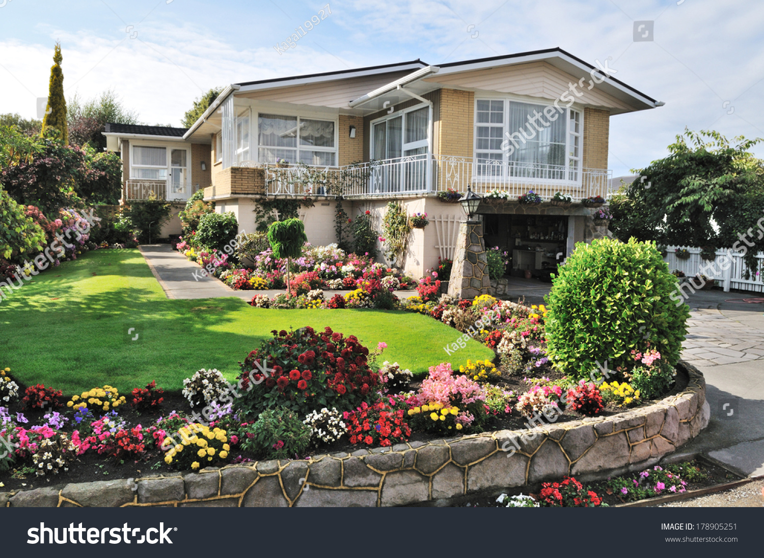 Beautiful Garden Pictures Houses: Beautiful Home With Beautiful Flowers Garden
