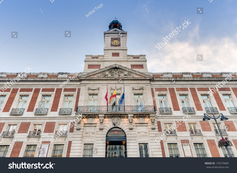 Real casa de correos building the oldest building within for Puerta del sol bosque real casas