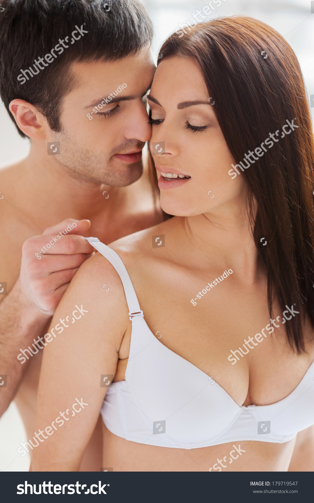 Mädchen, die BH küssen und ausziehen — foto 2