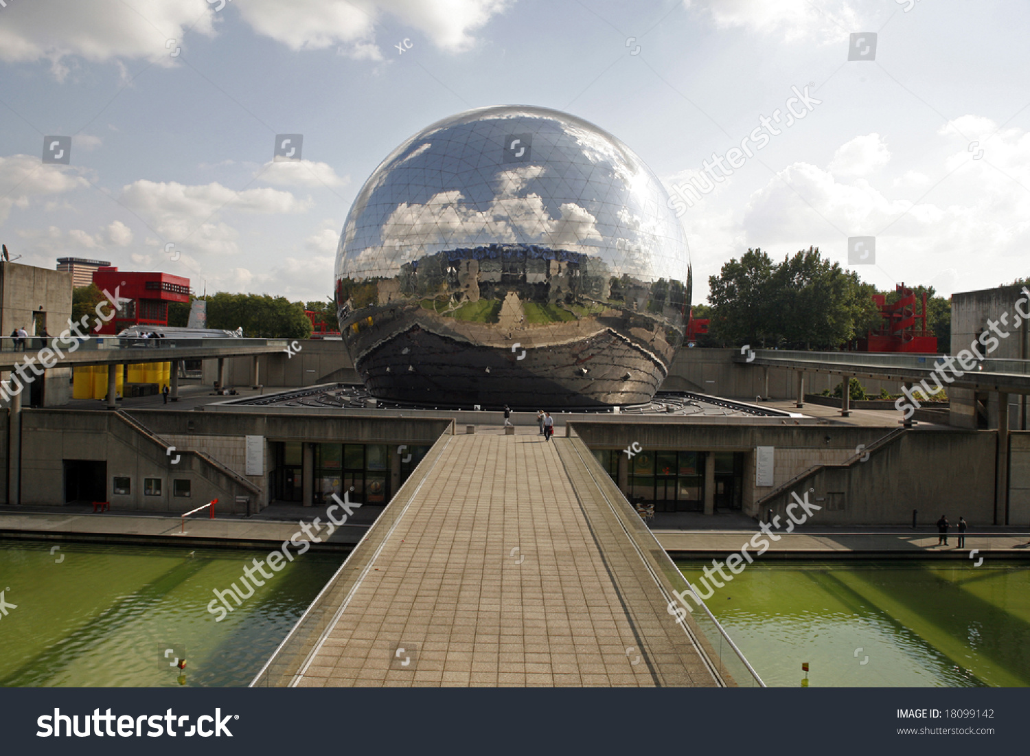 Geode miroir du ciel la villette paris stock photo for Miroir venitien paris