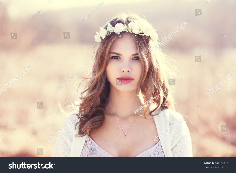 照片的性感的女郎性感用广场在她的头上。肖像视频金发美娜鲜花子舞图片