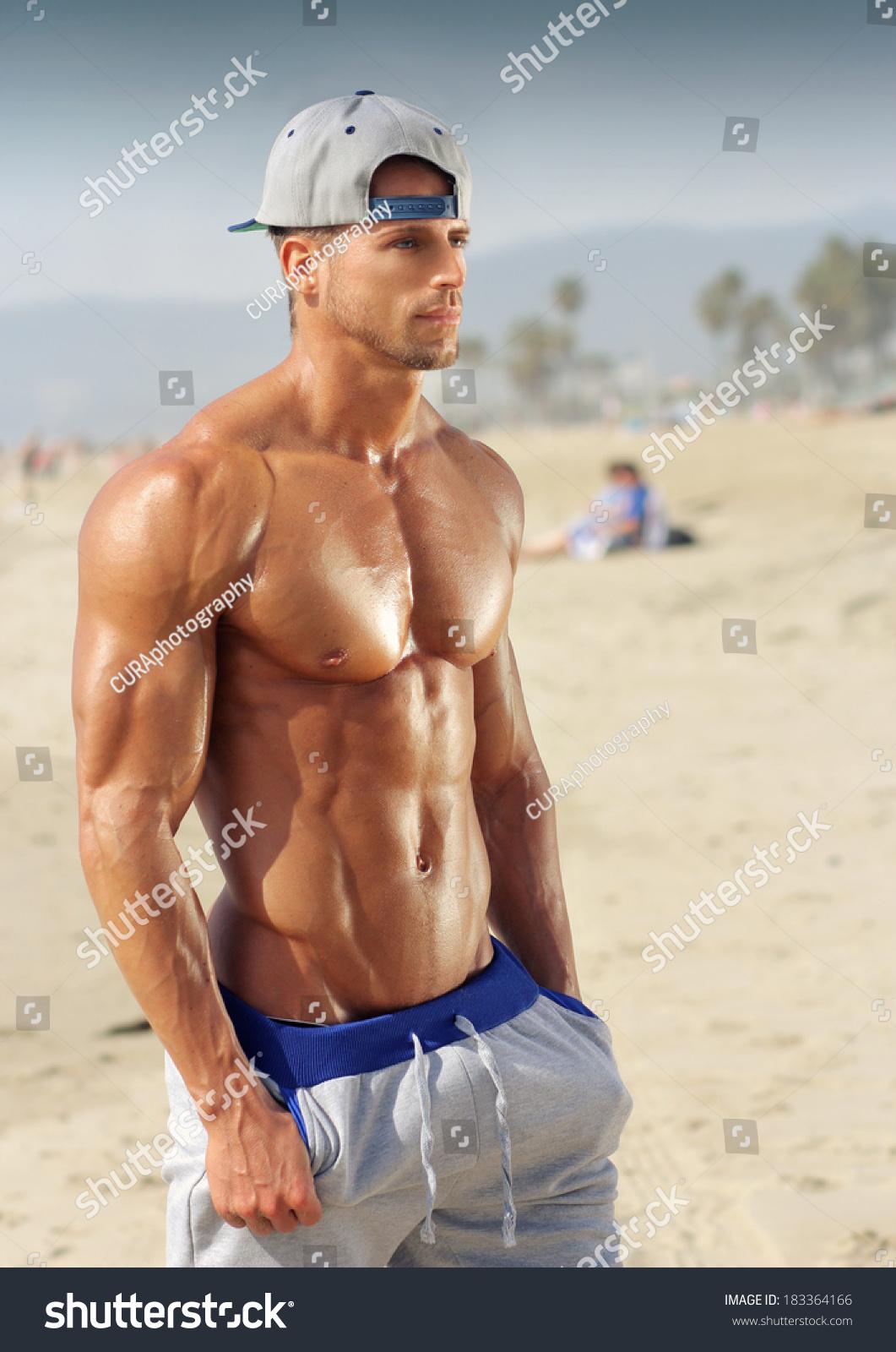 Юноши модели на пляже 16 фотография