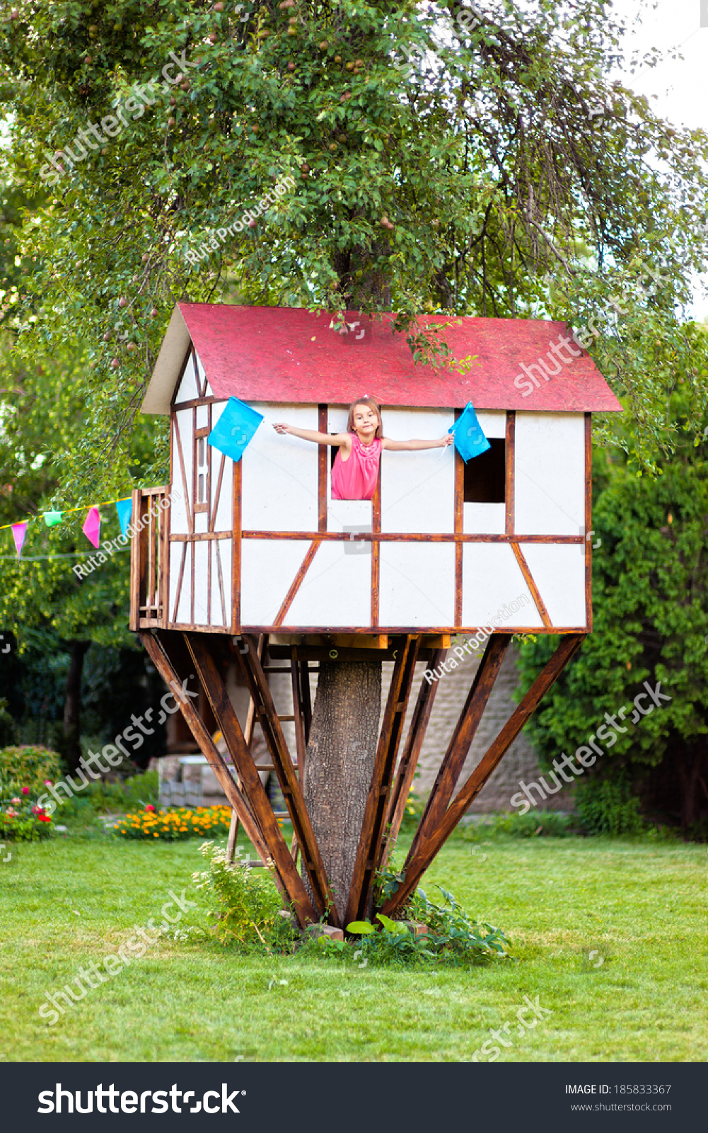 Cute small tree house for kids on backyard girl inside for Cute houses inside
