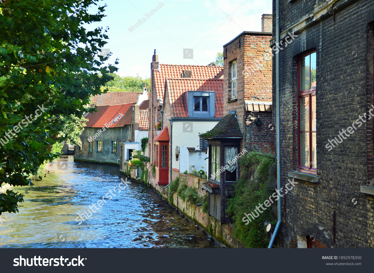 stock-photo-a-waterway-in-bruges-with-ol