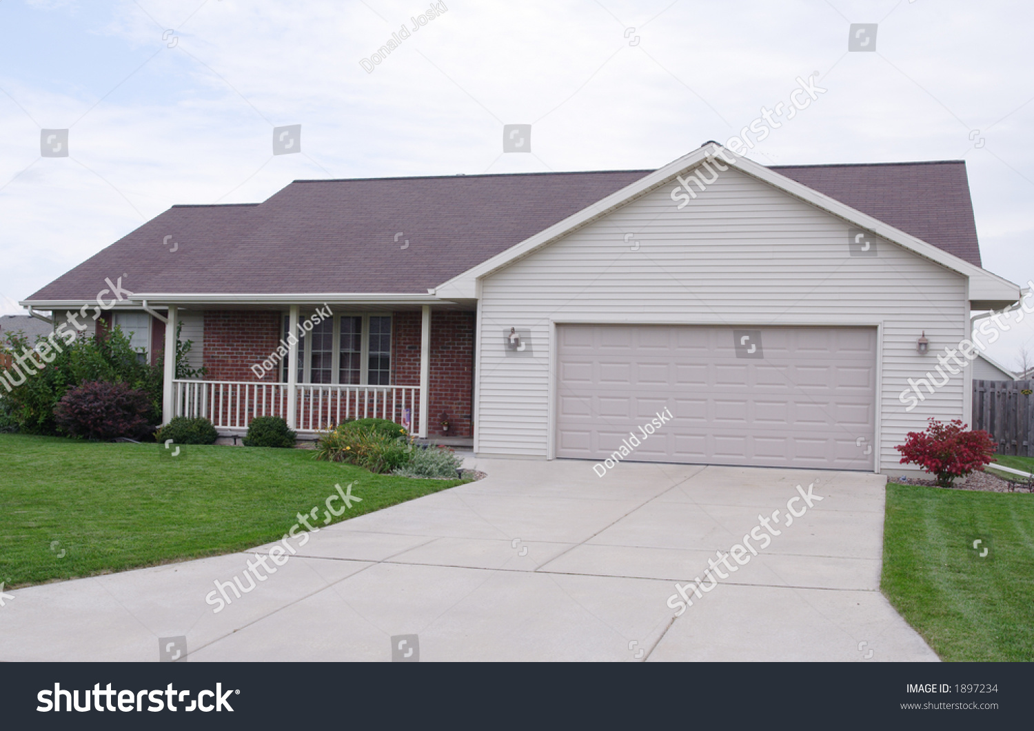 Ranch Home Vinyl Siding Brick Veneer Stock Photo 1897234