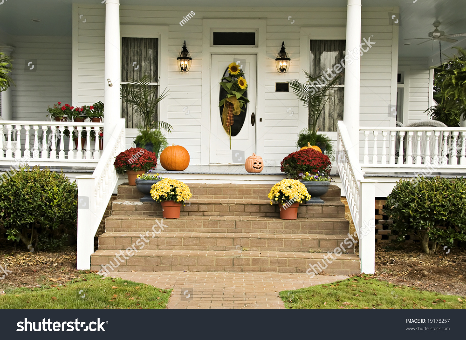 A beautiful front porch decorated for fall with sunflowers for Pictures of beautiful front porches