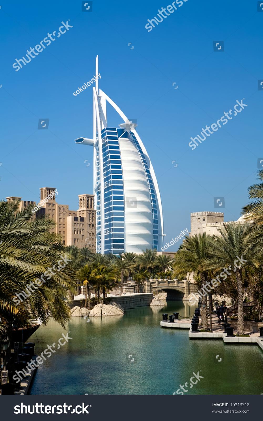 Beautiful shopping mall souk madinat jumeirah and famous for Hotel dubai famous