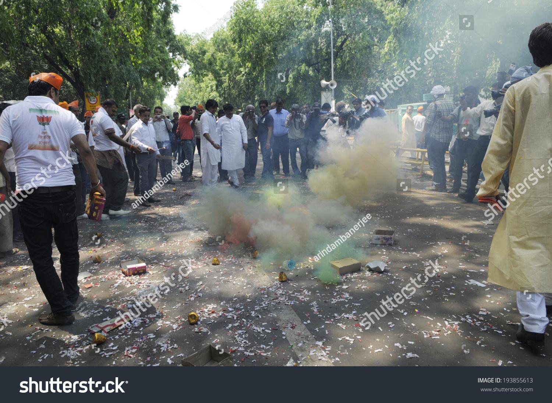 新DELHI-MAY 16:人民党支持者点燃时放鞭炮庆