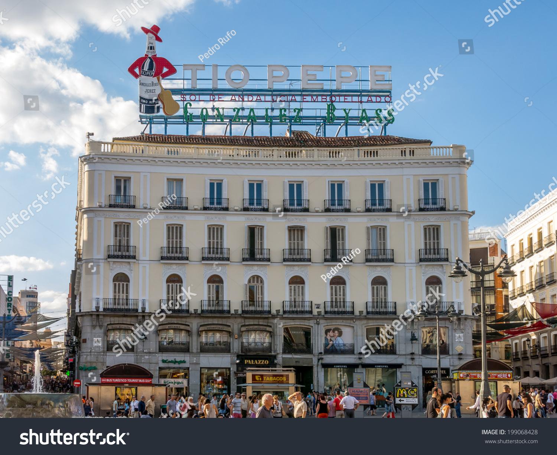 Madrid spain jun 17 the neon iconic tio pepe is for Tio pepe puerta del sol madrid