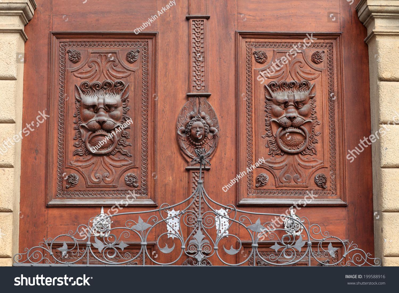 Old wooden door with heads of lions prague czech for Door z prague