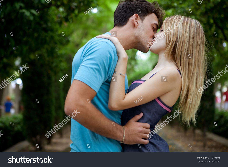 Фото как целуются девушки с языком 11 фотография
