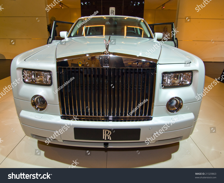 los angeles november 19 rolls royce displays the 2 door 2009 rolls royce phantom coupe at the. Black Bedroom Furniture Sets. Home Design Ideas