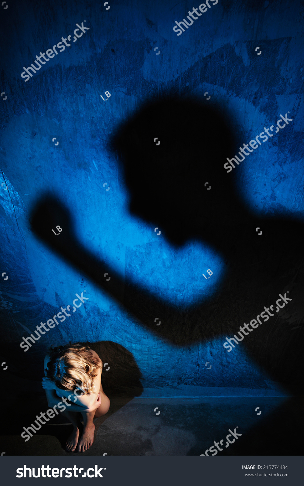 年轻的裸体地板隐藏女人美女教案篇上。不可她的脸。坐在图片