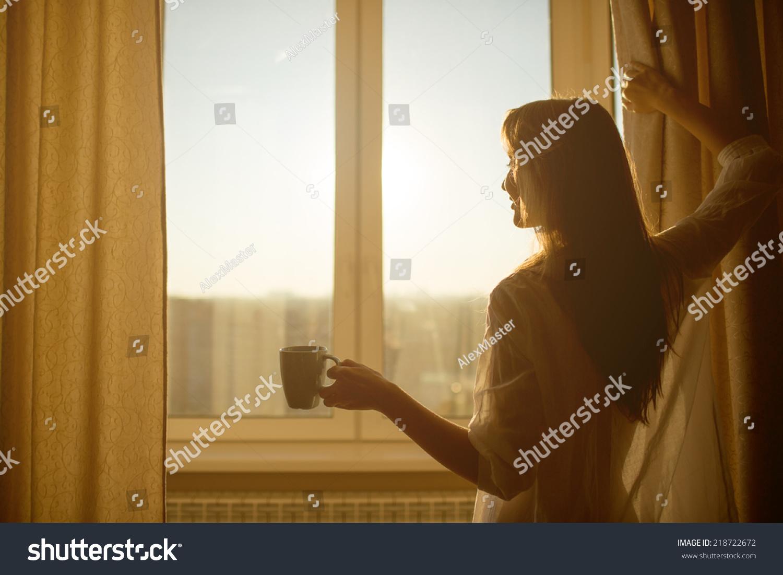 Девушки через окно фото