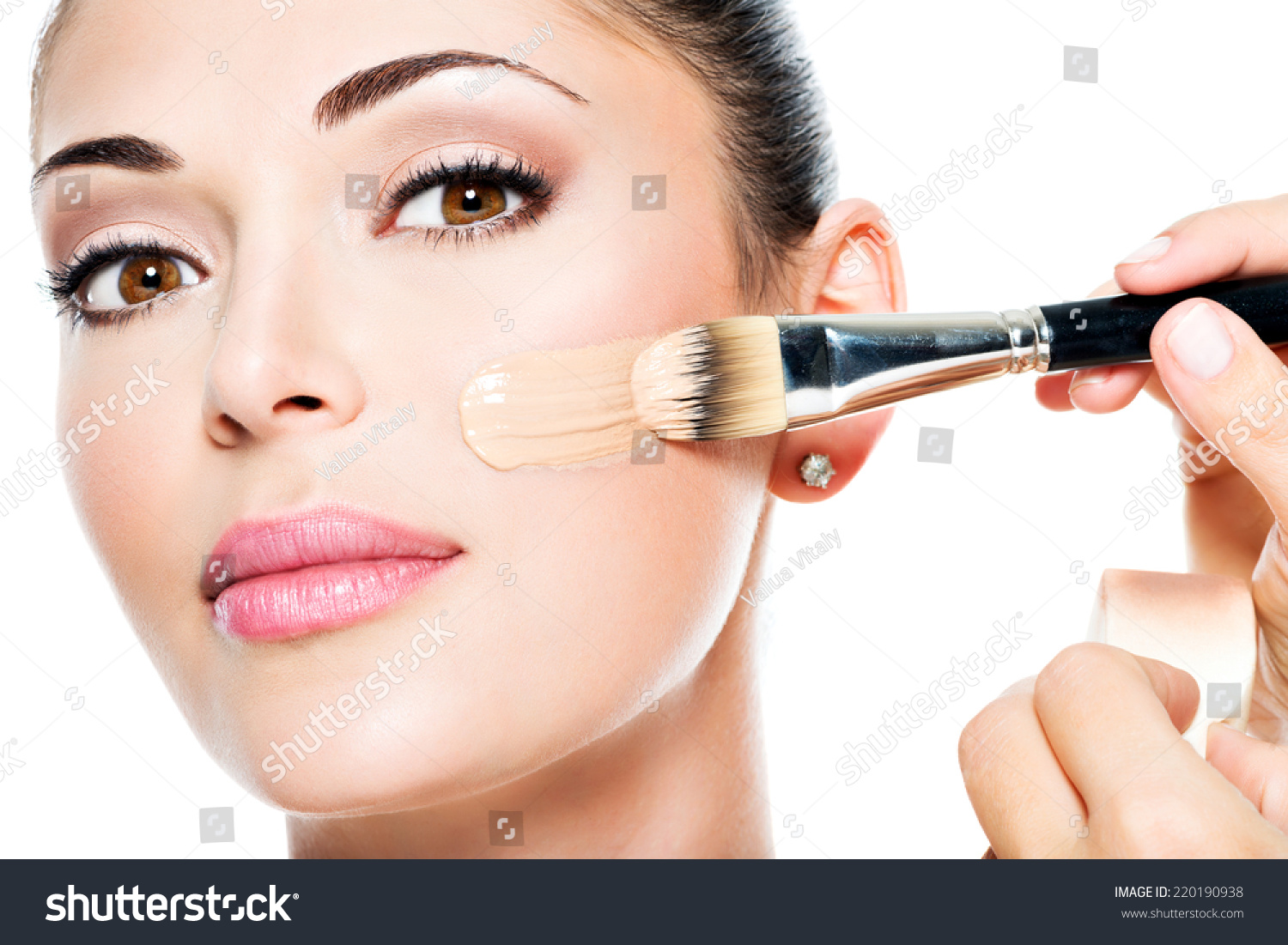 How to apply the tonal foundation on the face correctly: video and step-by-step instructions for applying the foundation with fingers, sponge and brush to mask skin imperfections and wrinkles 69