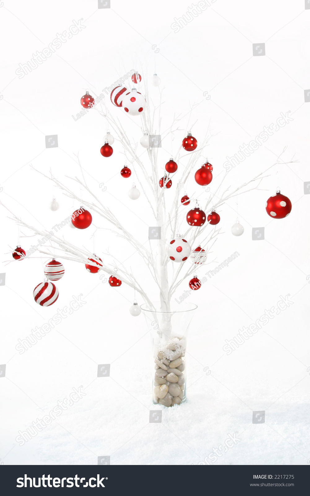 White modern christmas tree decorated with red and white for Red and white christmas tree theme