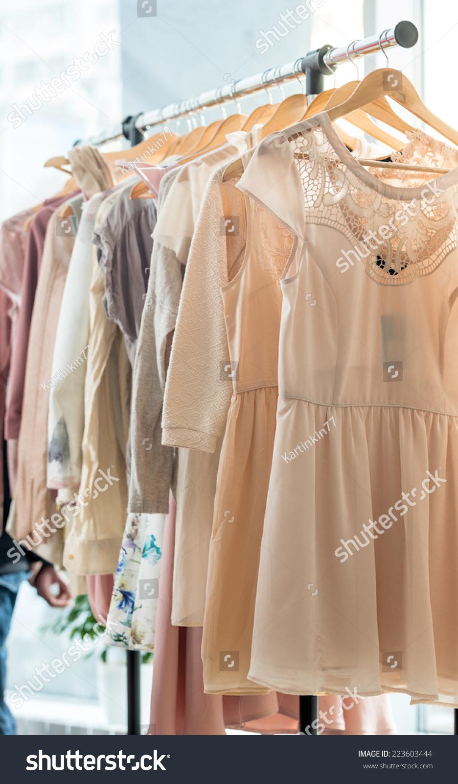 木衣架的浅色衣服-物体,美容\/时装服饰-海洛创意(HelloRF)-Shutterstock中国独家合作伙伴-正版素材在线交易平台-站酷旗下品牌