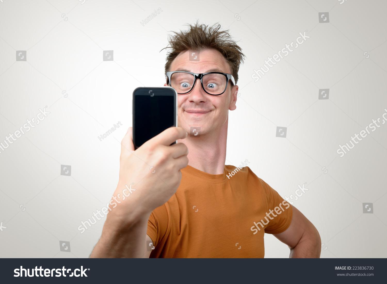 Što misliš da sada radi osoba iznad prikaži slikom - Page 3 Stock-photo-funny-man-photographing-himself-on-a-smartphone-223836730