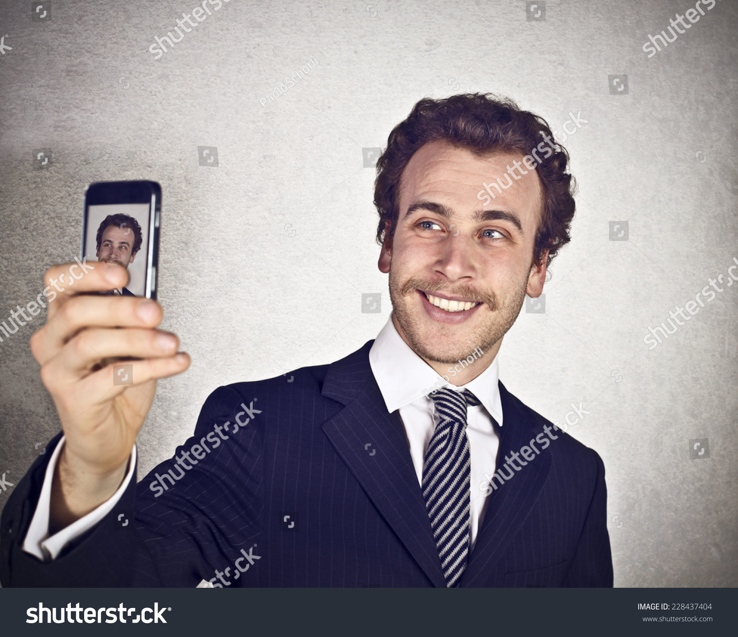 how to hold your phone when taking a selfie