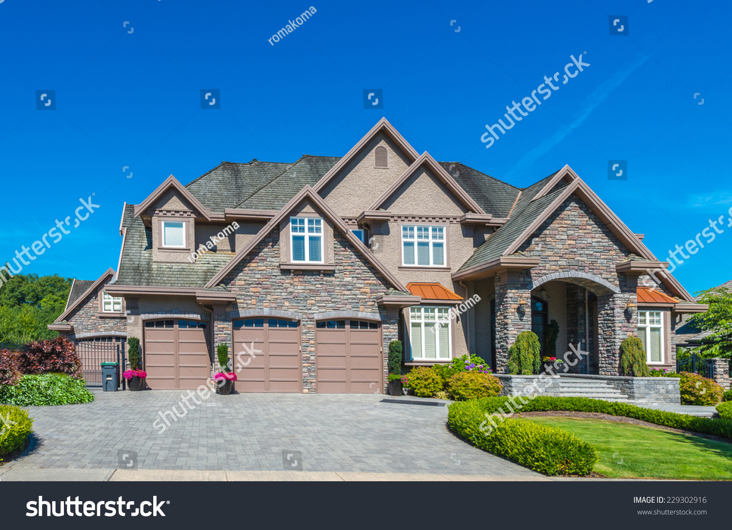 Custom Built Luxury House With Nicely Trimmed Front Yard