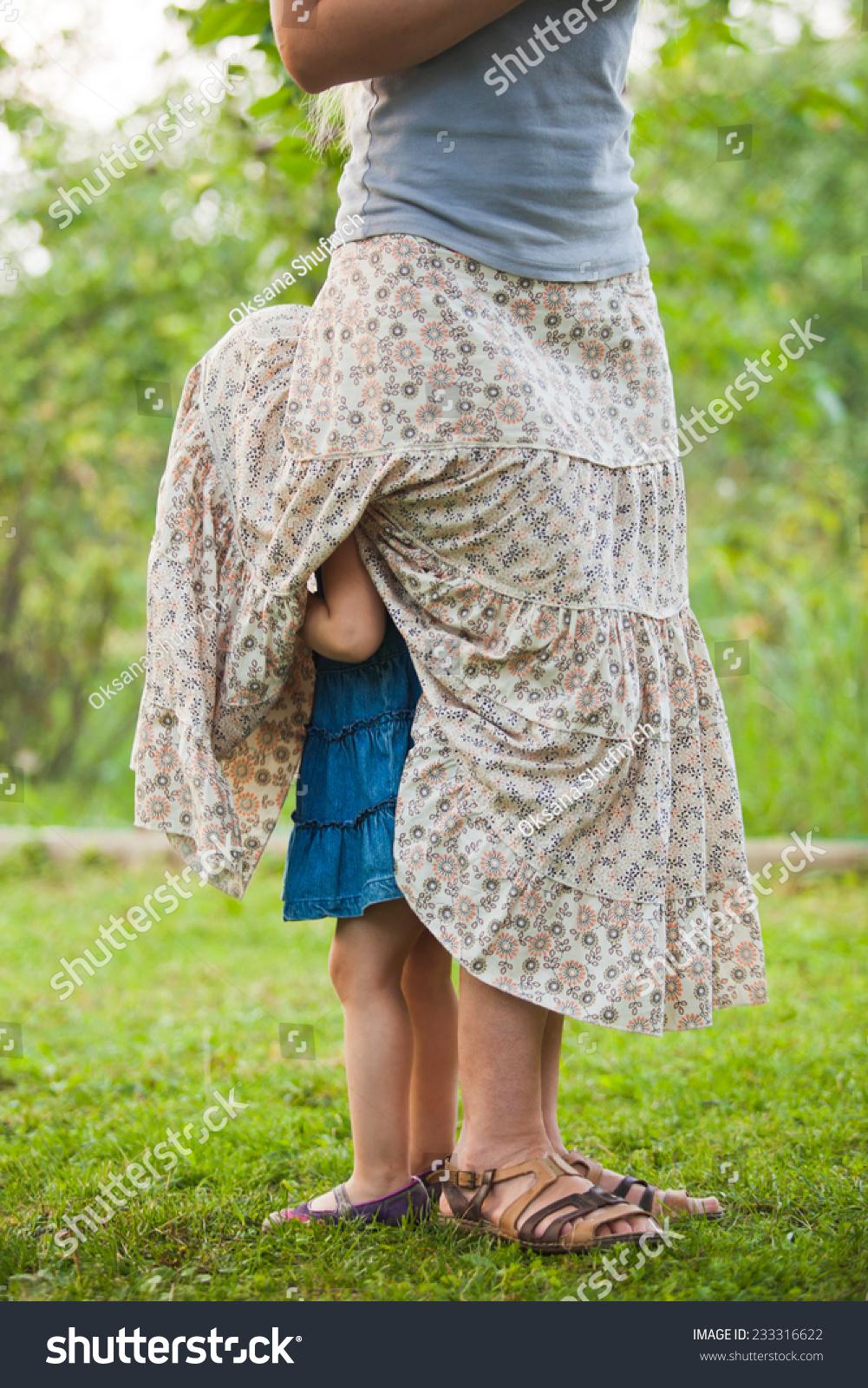 У маленькой девочки под юбкой 9 фотография