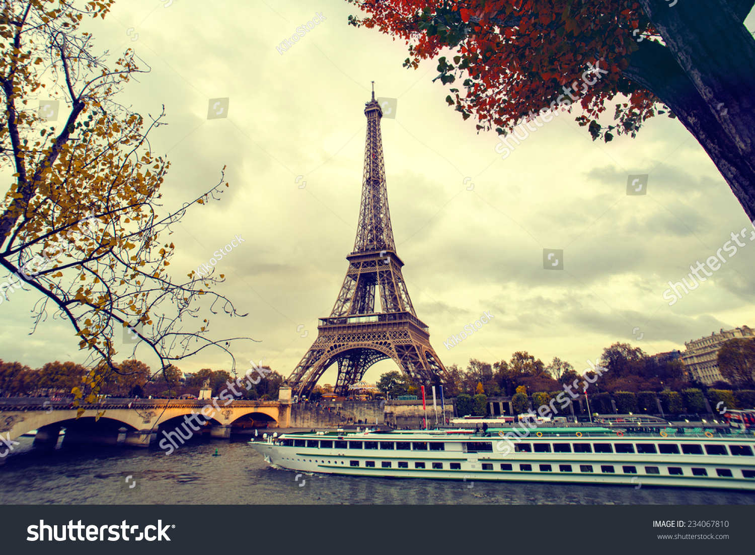 The eiffel tower in paris while a boat cruise along the for Photo de paris