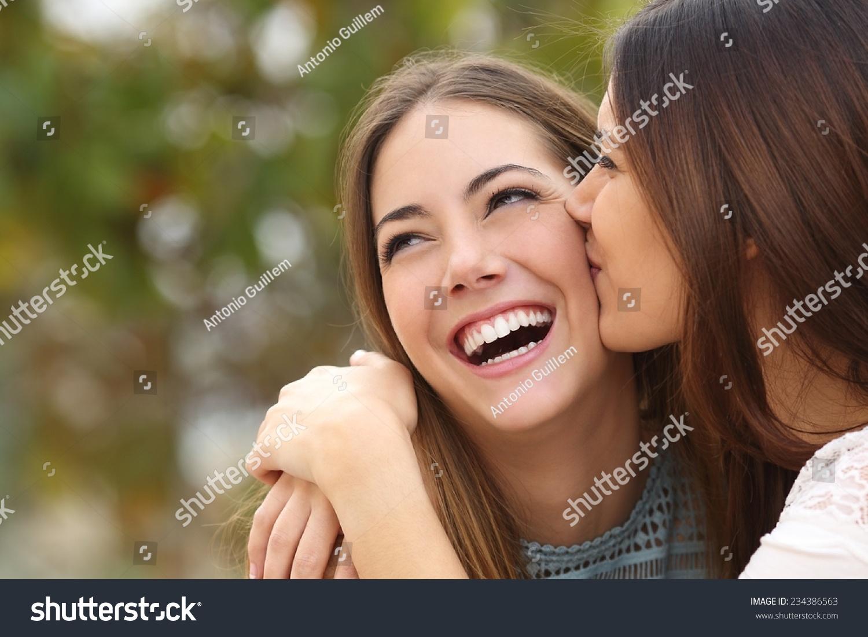 Фото как друг целует своего друга 9 фотография