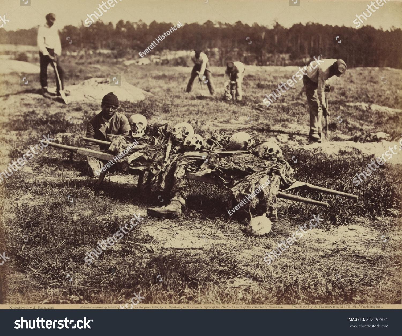非洲裔美国士兵的葬礼上战场冷港的身边坐着一