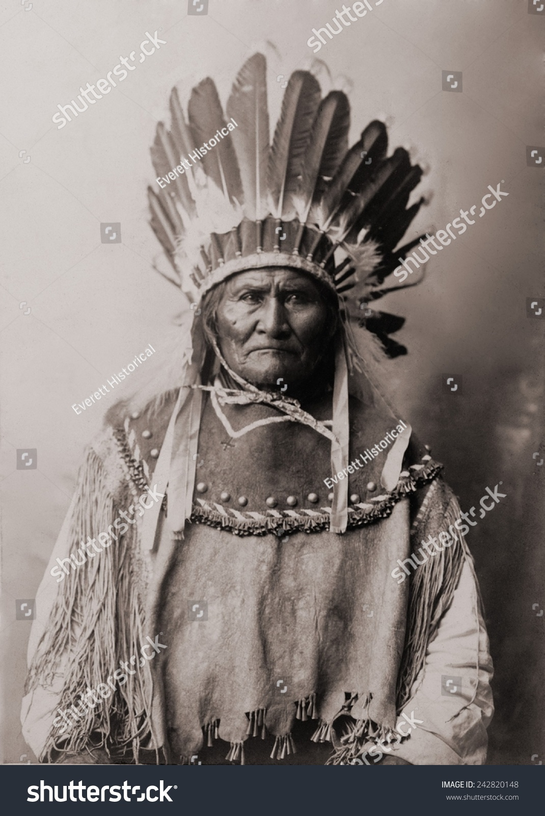 Geronimo 1829-1909 Chiricahua Apache warrior in Indian clothing and feathered headdress 1907