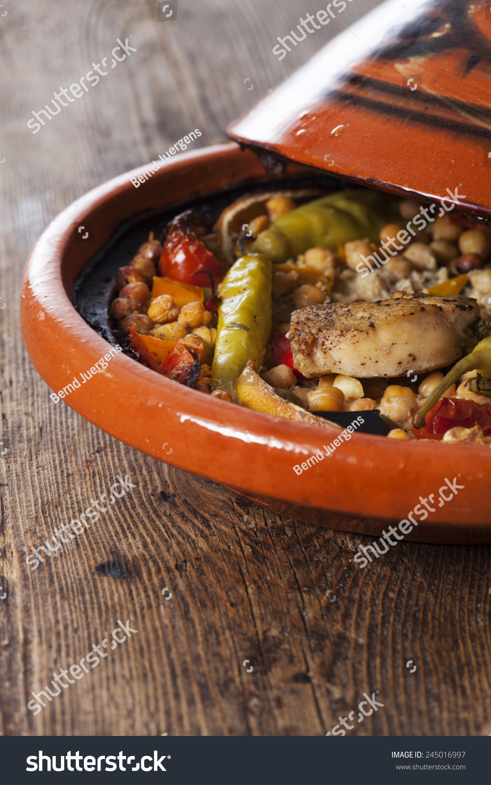 Cooked Chicken In A Tajine Photo libre de droits 245016997 ...