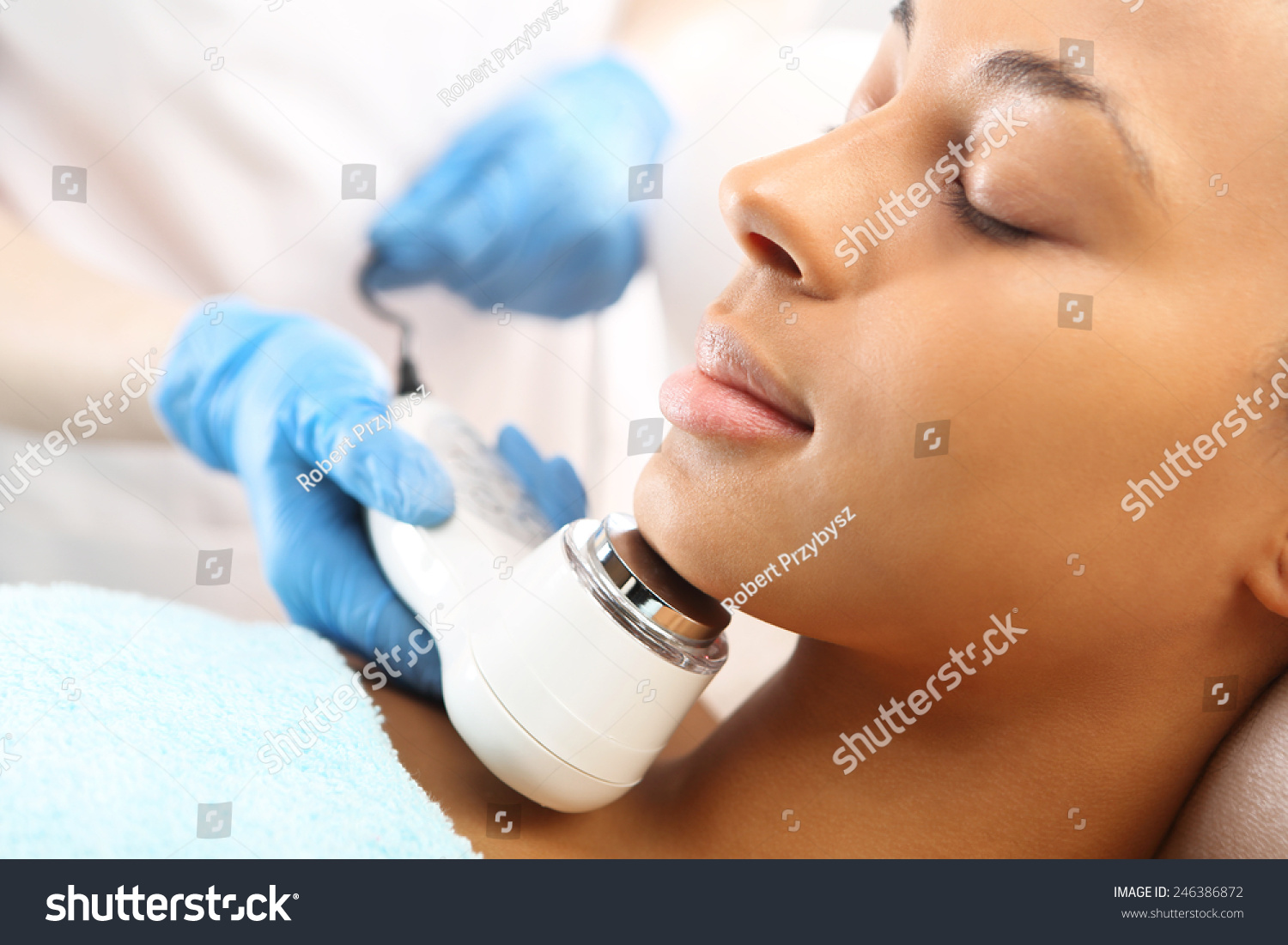 Light acne treatment the woman in the beauty salon the for Acne salon treatments