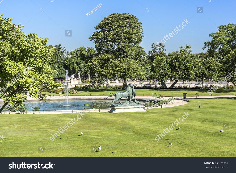 sculpture in jardin des tuileries tuileries garden favorite spot for rest of tourists - Tuileries Garden