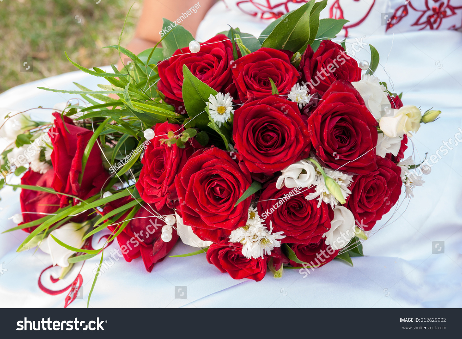 Bridal bouquet of red roses and white flowers ez canvas id 262629902 izmirmasajfo