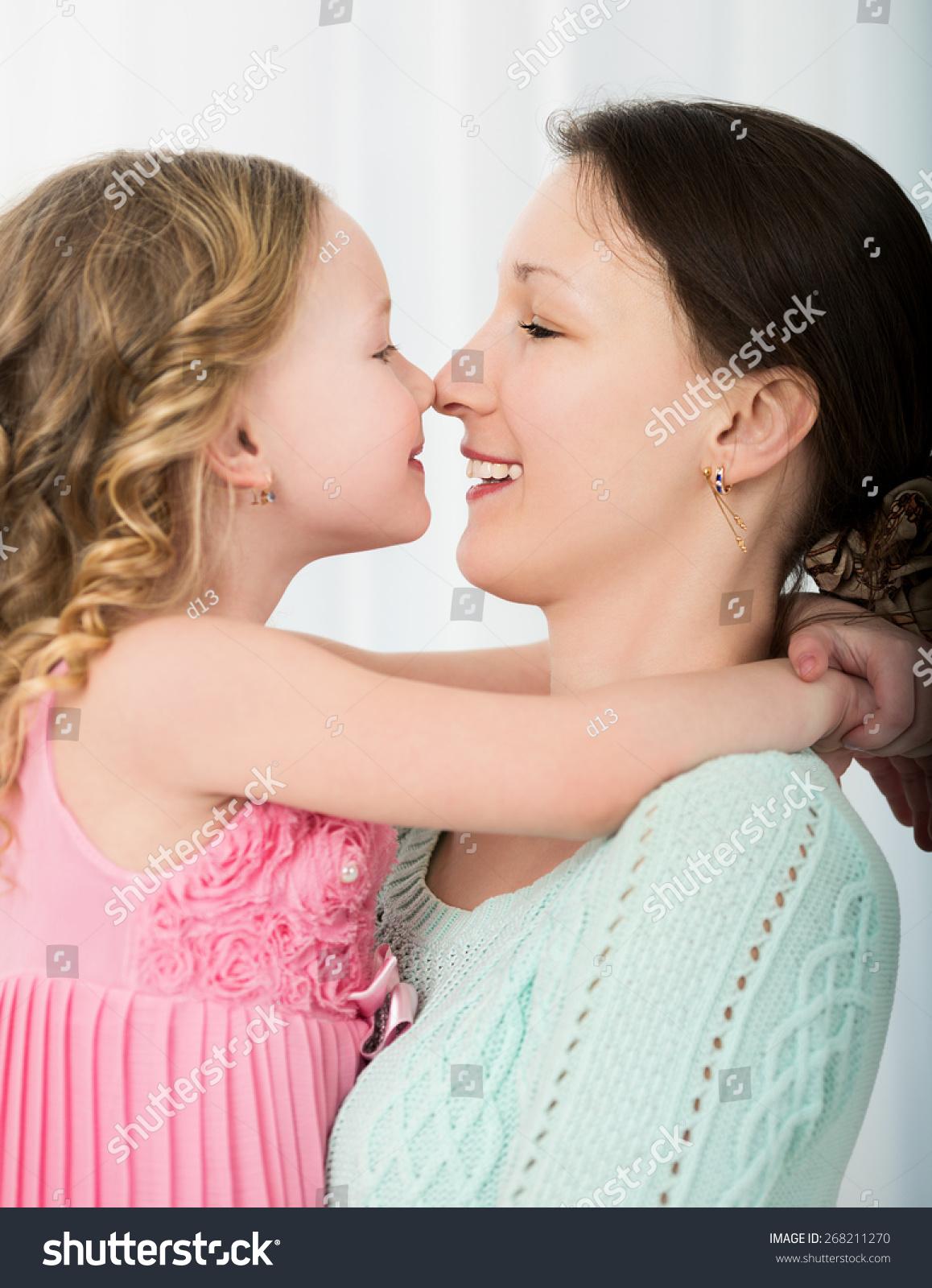 Смотреть как целуются дочка с мамой 13 фотография