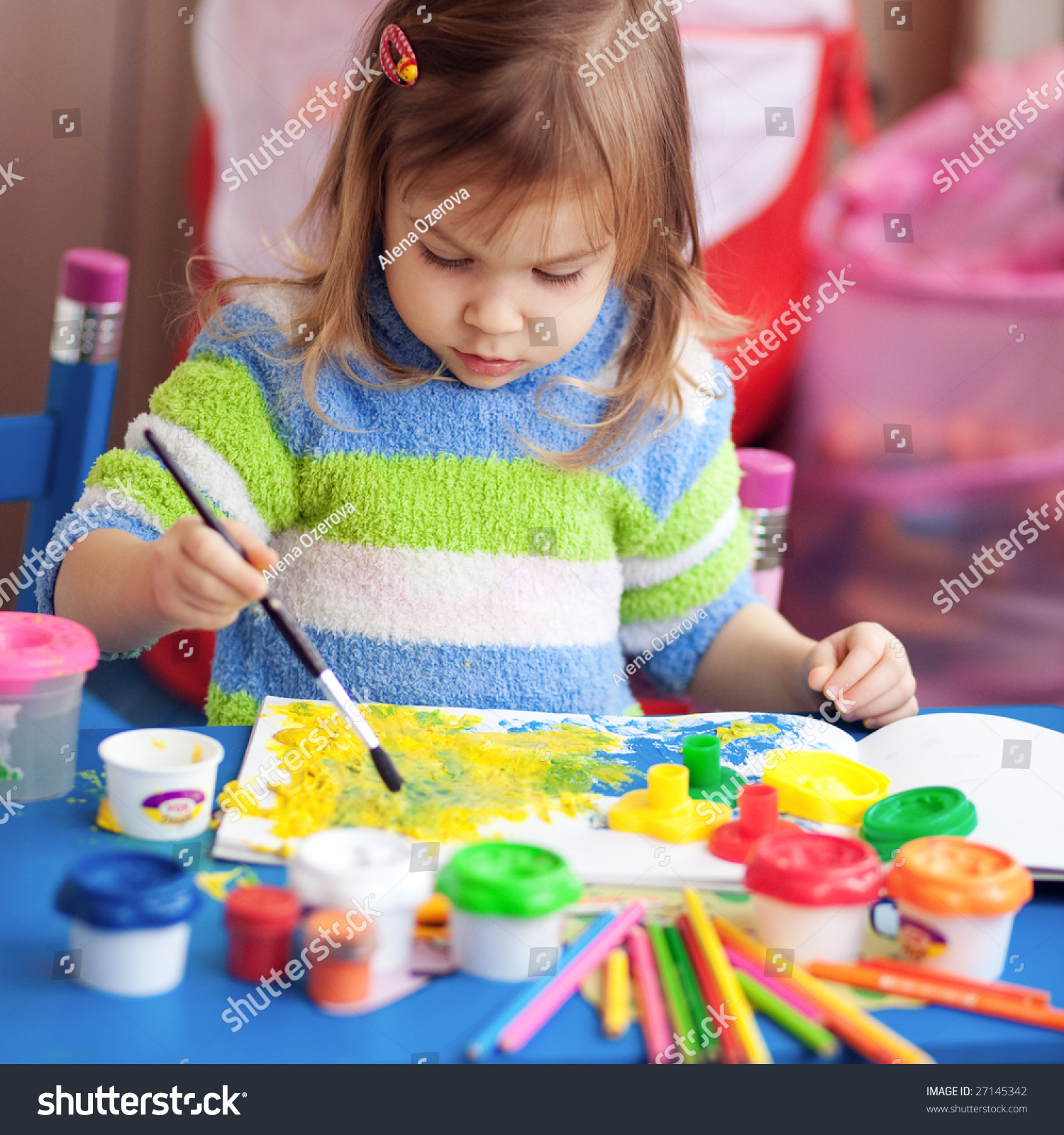 little girl painting her nursery home stock foto 27145342