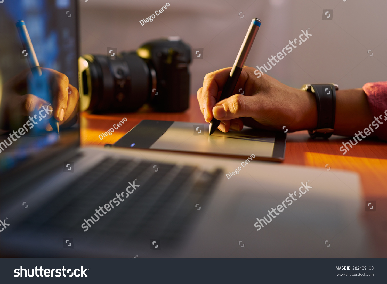 Photographer drawing retouching image on laptop stock for Pc retouche photo